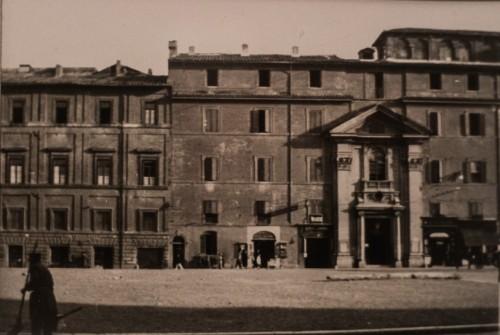 Fasada prowadząca do kościoła San Lorenzo in Piscibus przed demontażem - w północnej części Piazza Rusticucci