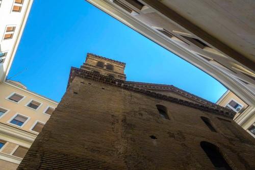San Lorenzo in Piscibus wciśnięty w budowle powstałe w czasach Mussoliniego