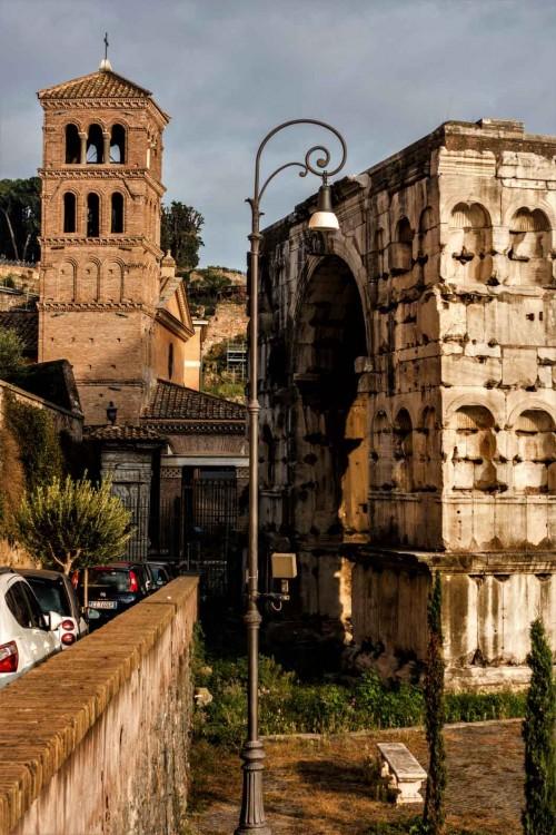 Łuk Janusa, w tle łuk Srebrników i kampanila kościoła San Giorgio in Velabro