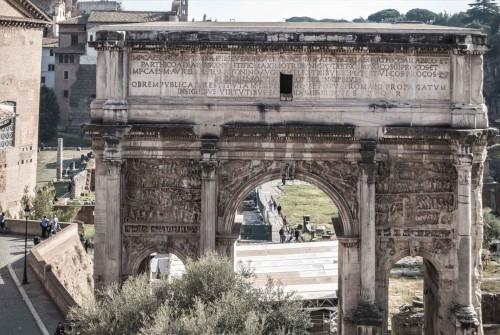 Łuk triumfalny cesarza Septymiusza Sewera widziany od strony Kapitolu, reliefy (po obu stronach) upamiętniające wyprawy cesarza przeciw Partom
