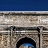 Łuk triumfalny cesarza Septymiusza Sewera widziany od strony Forum Romanum, inskrypcja upamiętniająca cesarza