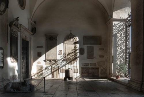 Portyk kościoła San Marco - płyty inskrypcyjne i elementy starego wyposażenia kościoła
