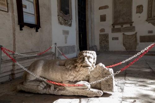 Przedsionek kościoła San Marco, jeden z lwów strzegących wejścia do kościoła