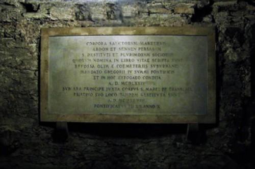Tablica inskrypcyjna upamiętniająca złożenie relikwi świętych męcznników, krypta kościoła San Marco