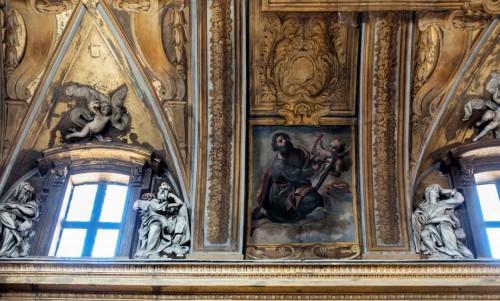 Santissimi Nomi di Gesù e Maria, dekoracja międzyokienna, wizerunek św. Łukasza Ewangelisty