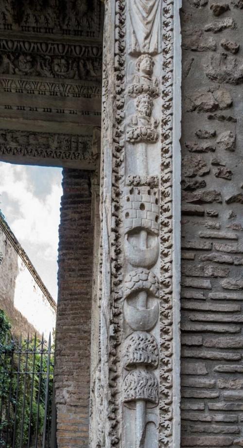 Łuk Srebrników (Arco degli Argentari), cesarskie orły, girlandy i elementy uzbrojenia wraz z główkami cesarzy - Karakalli i Septymiusza Sewera