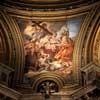 Baciccio, malowidło alegoria (Męstwa i Miłosierdzia) w jednym  z żagielków kościoła Sant' Agnese in Agone