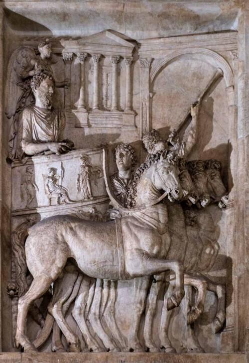 Cesarz Marek Aureliusz podczas triumfalnego wjazdu do miasta, relief z niezachowanego pomnika cesarza, Musei Capitolini