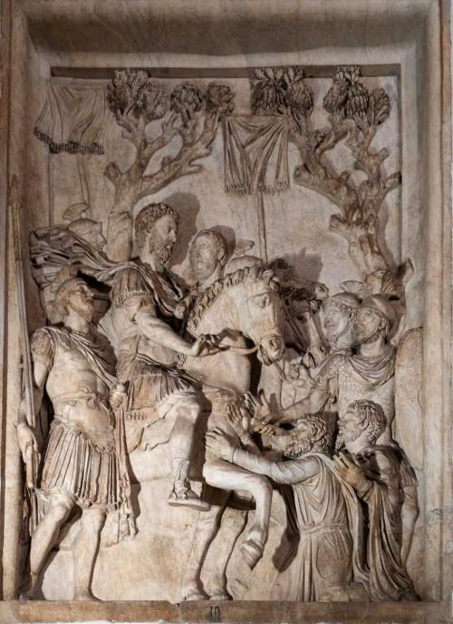 Cesarz Marek Aureliusz wśród żołnierzy i poddanych, relief z niezachowanego pomnika cesarza, Musei Capitolini