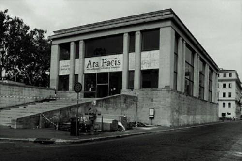 Ołtarz Pokoju (Ara Pacis), pawilon z czasów Mussoliniego, Vittorio Morpurgo, zdj. Wikipedia, autor indeciso42