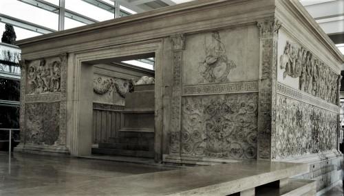 Ołtarz Pokoju, Museo dell'Ara Pacis, po lewej - Tellus (albo Wenus Genetrix), po prawej personifikacja Rzymu