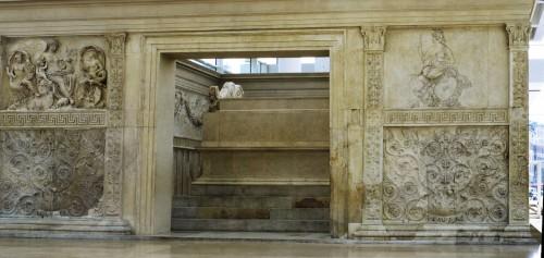 Ołtarz Pokoju, Museo dell'Ara Pacis, tylna strona ołtarza, Bogini Tellus (Wenus Genetrix) i po drugiej stronie personifikacja Rzymu