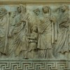 Ołtarz Pokoju, Museo dell'Ara Pacis, fryz ściany południowej, w środku przedstawienie  Marka Agrypy i Julii (albo Liwii - żony Augusta)