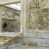 Ołtarz Pokoju, Museo dell'Ara Pacis, wejście główne do świątyni, po prawej - Ofiara Eneasza
