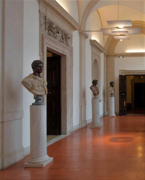 Palazzo Pamphilj, galeria z popiersiami cesarzy rzymskich w wejściu na piano nobile