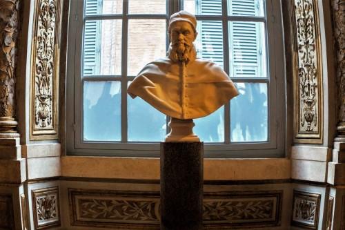 Palazzo Pamphilj, Galleria Serliana, popiersie papieża Innocentego X