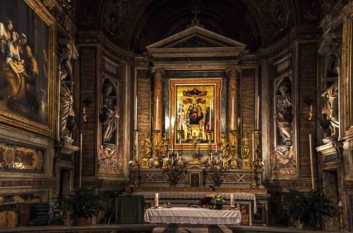 Santa Maria di Loreto, ołtarz główny - Madonna ze św. Sebastianem i św. Rochem, barokowe rzeźby po bokach