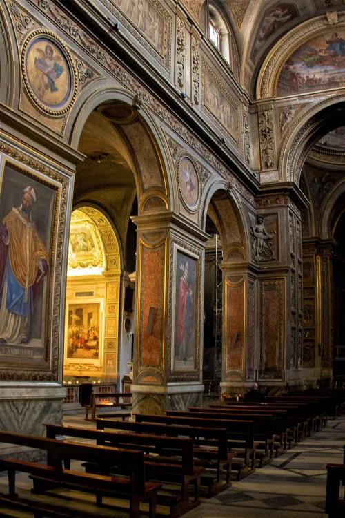 Santa Maria in Aquiro, wnętrze, na filarach wizerunki ojców Kościoła