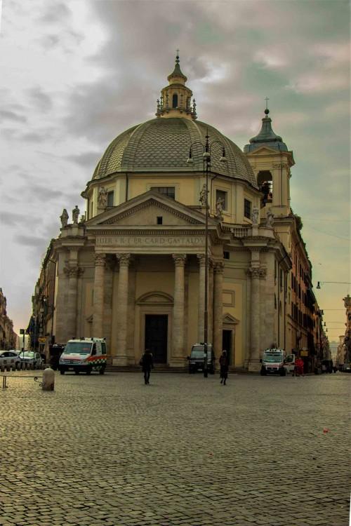 Santa Maria in Montesanto między via del Corso i via del Babuino