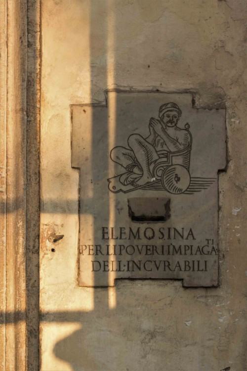 Santa Maria Portae Paradisi, skarbonka dla potrzebujących pomocy