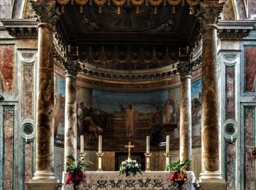 San Nicola in Carcere, baldachim  i malowidła absydy z XIX w.