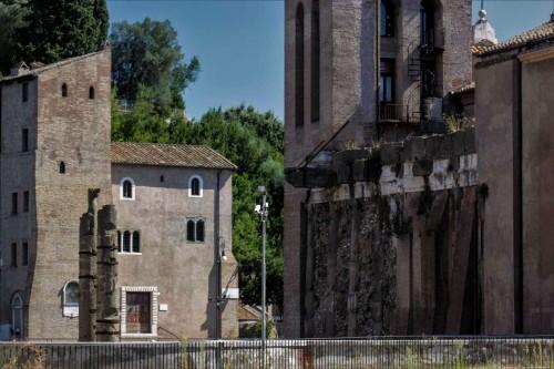 San Nicola in Carcere, strona północna kościoła, kolumny dawnej świątyni Janusa