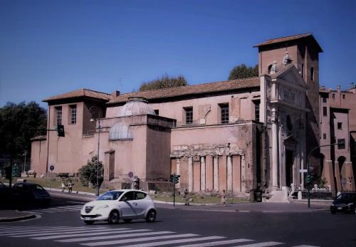 San Nicola in Carcere, strona południowa, kolumny i belkowanie dawnej świątyni Spes