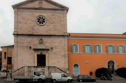 Fasada kościoła San Pietro in Montorio, obok zabudowania klasztorne, wejście na wirydarz do Tempietto