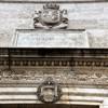 Nadproże kościoła San Pietro in Montorio z herbami królów katolickich (Ferdynanda II i Izabeli Kastlijskiej), u góry króla Alfonsa XII