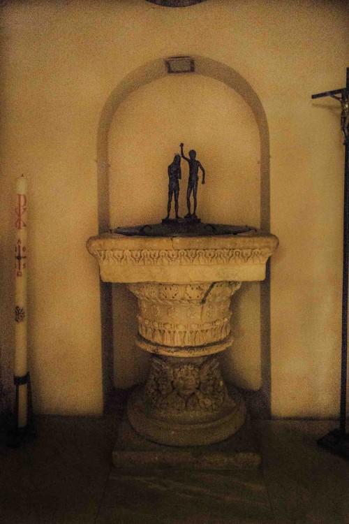 Santa Prisca, chrzcielnica z XIII w., dawny kapitel pogańskiej kolumny