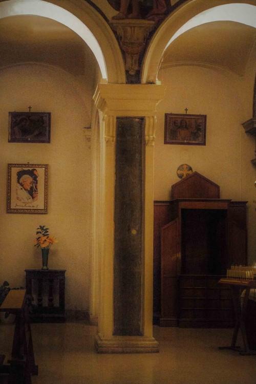 Santa Prisca, jedna z obmurowanych kolumn nawy