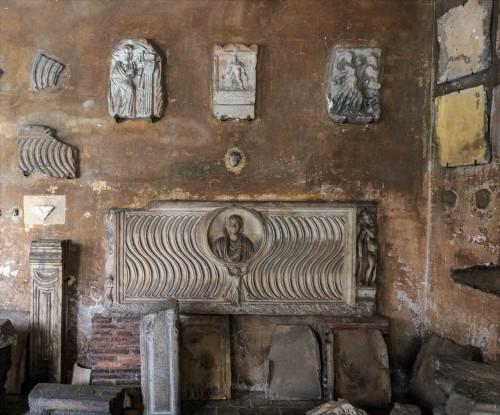 Santi Quattro Coronati, krużganki z pozostałościami wykopanych na tym terenie obiektów