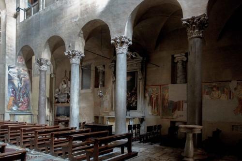 Santi Quattro Coronati, prawa nawa z malowidłami z XIV w., w tle wmurowane kolumny z IX w. z pierwotnego kościoła