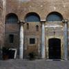 Drugi dziedziniec bazyliki Santi Quattro Coronati  z widocznymi kolumnami starego kościoła
