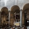 Santi Quattro Coronati, nawa lewa z wejściem na krużganki klasztorne