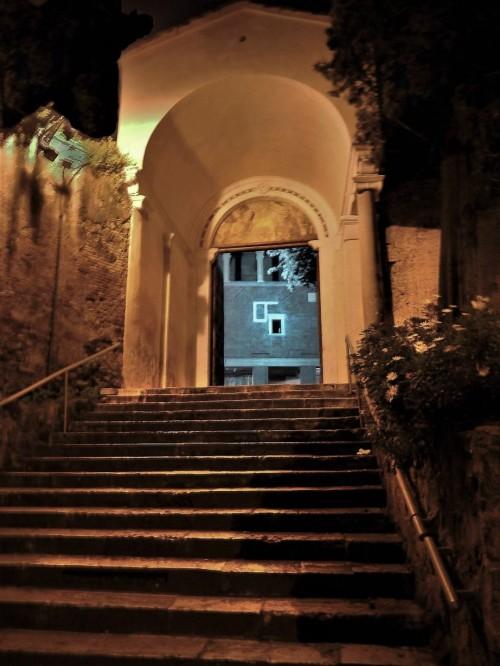 San Saba, wejście na dziedziniec kościoła od strony via di San Saba