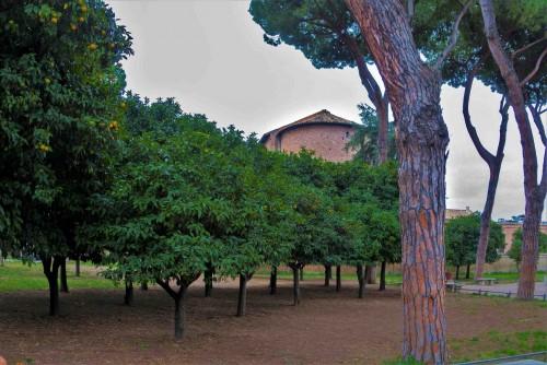 Absyda kościoła Santa Sabina widziana z ogrodu pomarańczowego (Parco degli Aranci)