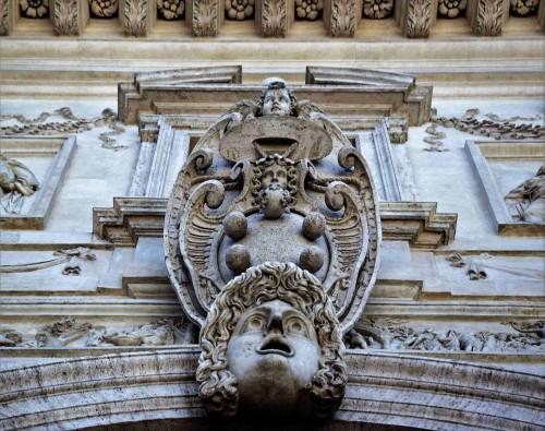 Herb rodu Medici na fasadzie casina de Medici, Willa Medici