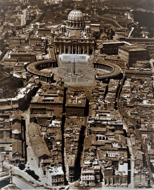 The so-called spina between the Square of San Pietro and the Tiber, prior to 1936, currently via della Conciliazione, Aeronautica Militare, Fototeca storica