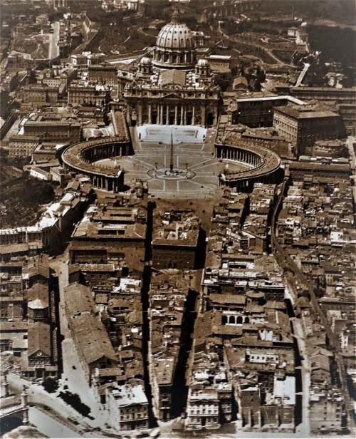 The so-called spina between the Square of San Pietro and the Tiber, prior to 1936, currently via della Conciliazione, Aeronautica Militare, Fototeca storica