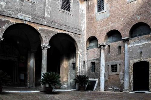 Kościół Santi Quattro Coronati, dziedziniec z wejściem do oratorium San Silvestro (po prawej)
