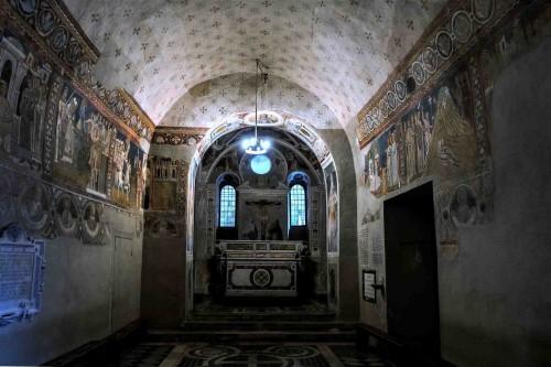 Oratorio San Silvestro przy kościele Santi Quattro Coronati, widok na absydę i ołtarz z XVI w.