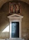 Oratorio San Silvestro przy kościele Santi Quattro Coronati, wejście do oratorium, freski ukazujące Czterech Koronatów