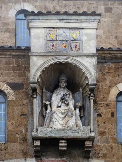 Bonifacy VIII, posąg papieża w jego rodzinnym mieście Anagni, zdj. Wikipedia, autor Livioandronico2013e