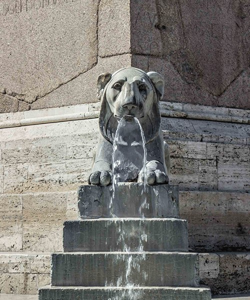 Piazza del Popolo, jeden z lwów zdobiących obelisk Flaminio