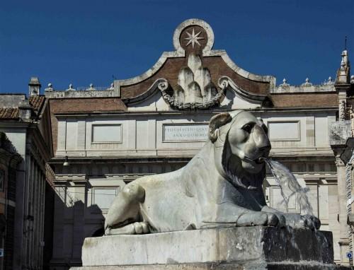Piazza del Popolo, lew z fontanny przy obelisku Flaminio, w tle Porta del Popolo