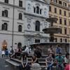 Piazza della Madonna dei Monti, fontanna, w tle fasada kościoła śś. Sergiusza i Bakchusa