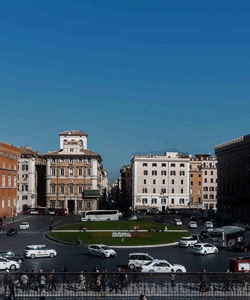 Piazza Venezia, Palazzo Venezia (po lewej), Palazzo delle Assicurazioni di Venezia (po prawej), via del Corso (na wprost)