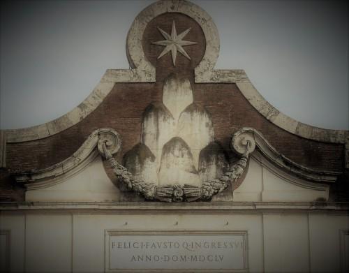 Porta del Popolo, zwieńczenie bramy - herb papieża Aleksandra VII Chigi inskrypcja przygotowana na wjazd królowej Krystyny