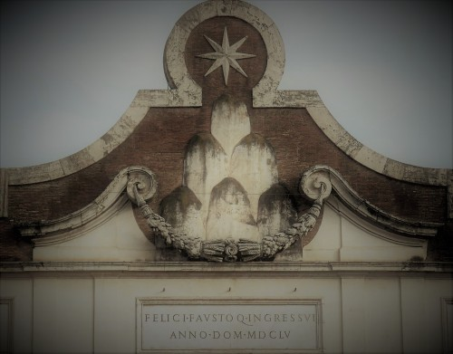 Porta del Popolo, top of the gate – coat of arms of Pope Alexander VII Chigi, inscription prepared for the entry of Queen Christina